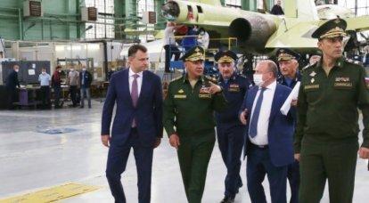 """Sergei Shoigu verificó el progreso del trabajo en la creación de un avión no tripulado de ataque pesado """"Okhotnik"""""""