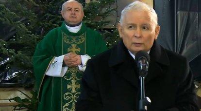 """La presencia de la guardia de honor durante la visita """"privada"""" de Kaczynski a la tumba de su hermano provocó un debate en Polonia"""