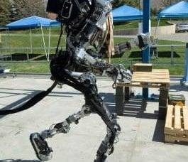 美国科学家和工程师创造了一个战斗外骨骼