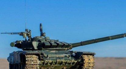 Während der Übung feuerten russische T-72B3-Panzer aus getarnten Stellungen