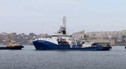 """太平洋舰队的项目23470""""安德烈·斯特帕诺夫""""的海上拖船是沿着""""塞夫莫普特""""号进行的"""