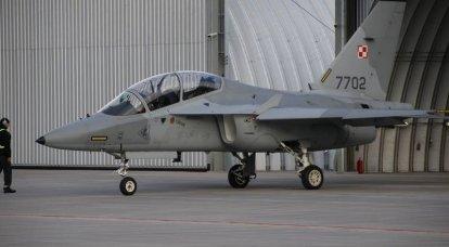 Aeronave de treinamento de combate (UBS) M-346 Master juntou-se à Força Aérea Polonesa