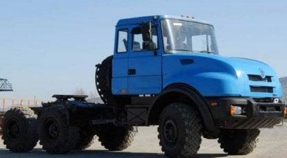 """在展览""""俄罗斯制造商和武装部队供应""""""""GAZ集团""""展出卡车""""乌拉尔"""""""
