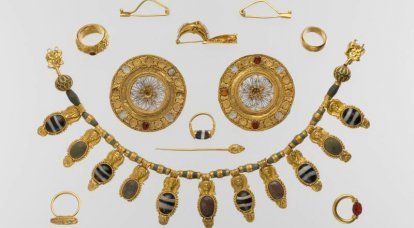 Etruscan clothing and jewelry