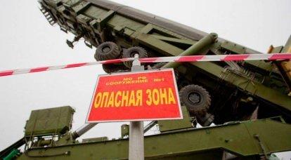 5世代ロケット弾複合体RT-2PM2 Topol-Mの大陸間弾道ミサイルの鉱山への輸送および積載