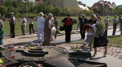 """La sepoltura commemorativa dei soldati sovietici """"Campo di Marte"""" è stata """"decomunizzata"""" a Lviv"""