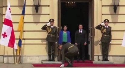名誉の警備員のウクライナの将校は、ジョージアの大統領に挨拶している間、鞘を落としました