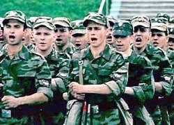 兵士たちは家の近くで奉仕する