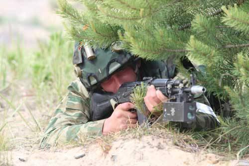 Лазер в руках солдата