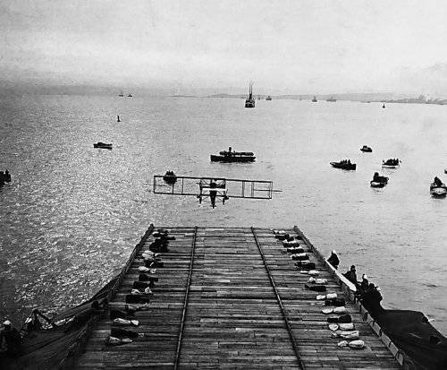1281871777_first_airplane_landing_on_a_warship.jpg