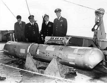 Довольные генералы рядом с водородной бомбой, которую спустя 3 месяца достали со дна моря.