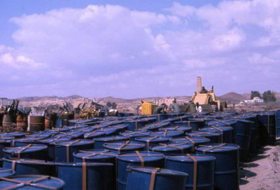 Бочки с собранной почвой готовятся к отправке в Соединенные Штаты для обработки.