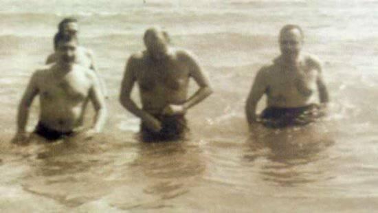 испанский чиновник Мануэль Фрага Илибарн (в центре) и американский посол Ангьер Бидл Дюк (слева) плавали в море, чтобы продемонстрировать его безопастность.