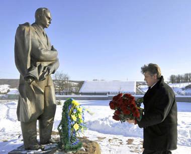 Bandera rodó en su tumba: ya no es un héroe