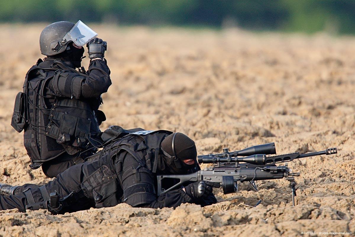 Как в НАТО набирают в спецназ Отбор начинается с марша в составе группы на дистанцию 10 км Каждый несет рюкзак 18 кг и винтовку 4 5 кг Первая неделя заканчивается маршем на 23 км