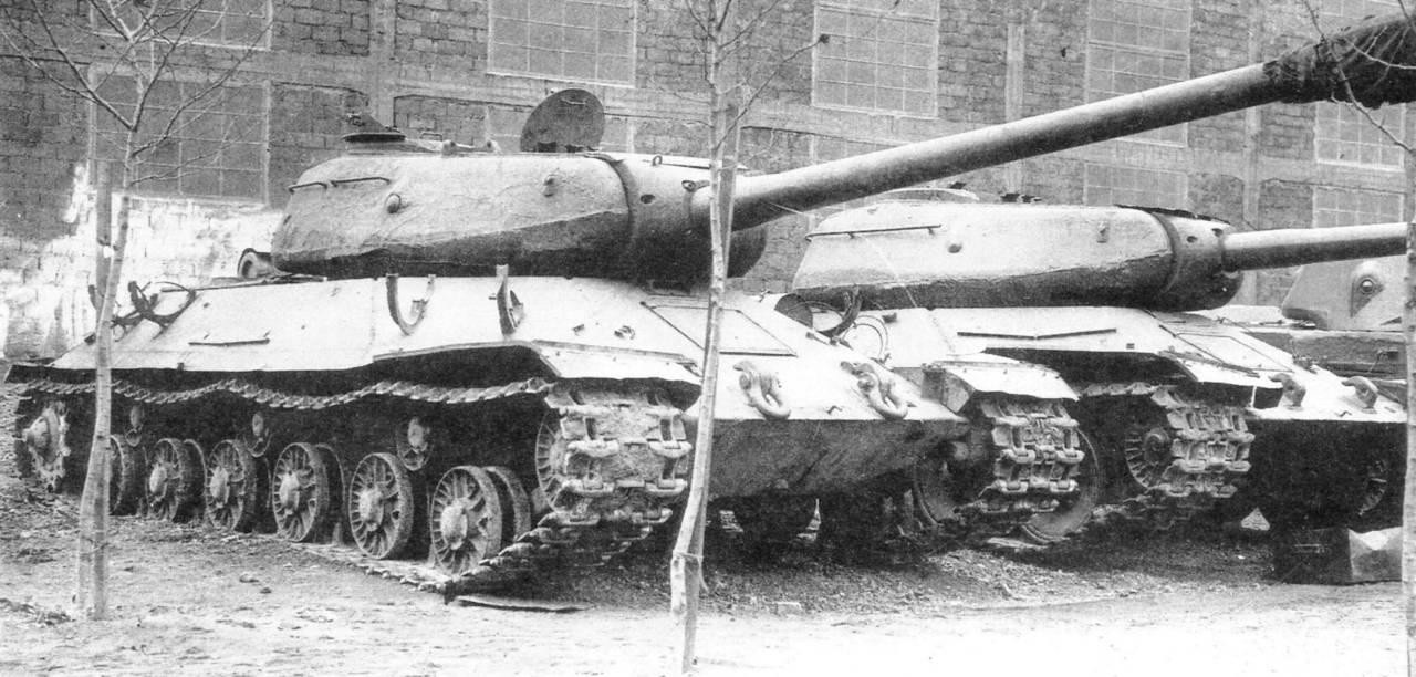 Осенью 1944 года после заводских испытаний танк ИС-6 вместе со вторым комплектом деталей и запасным.