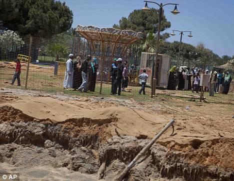 L'OTAN a accusé Kadhafi d'utiliser des objets civils comme couverture