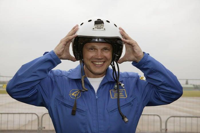Medvedev, Rusya Federasyonu Kahramanının yıldızını Sukhoi şirketinin test pilotu Albay Sergei Bogdan'a sundu.