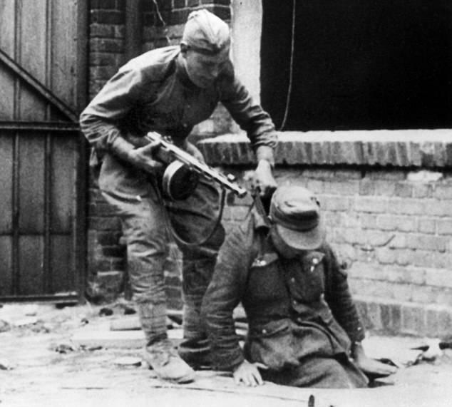 """Hitler Rusya'yı işgal ettiğinde ... (""""Daily Mail"""", İngiltere)"""