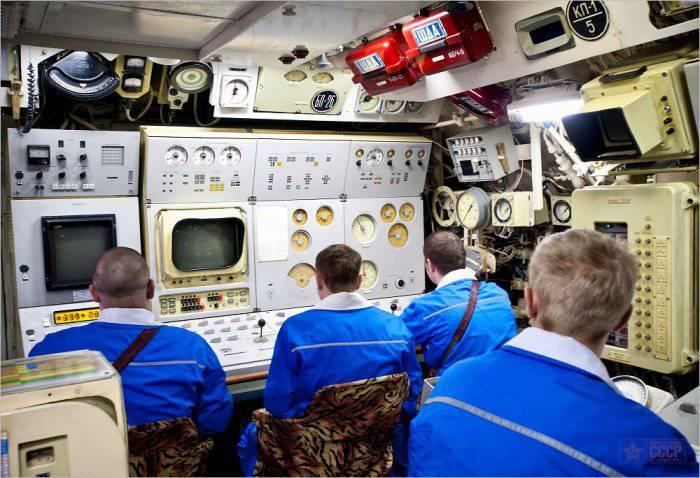 люди жили держи подводной лодке