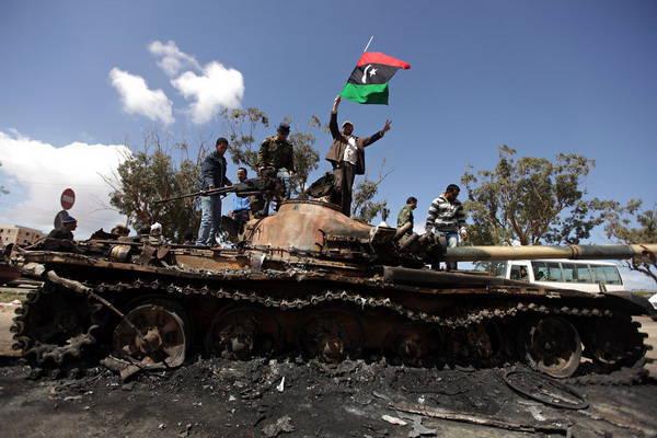 """利比亚的""""自由战士""""抢劫和焚烧"""