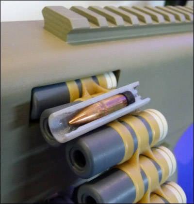 设计的机枪配有塑料盒。