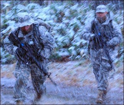 Soldats américains vêtus d'uniformes sensibles à la chaleur.