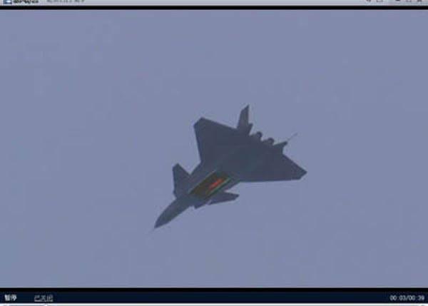J-20 a montré «l'objet rouge» en ouvrant les volets à battants en vol