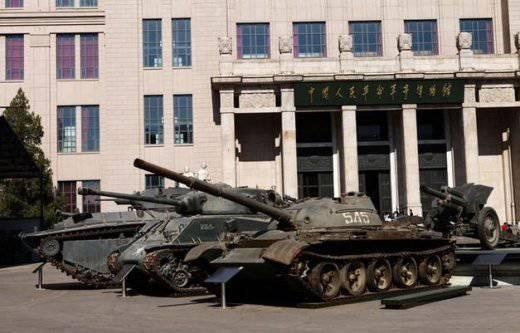 Le char soviétique Trophy T-62 à Beijing mis dans la rue