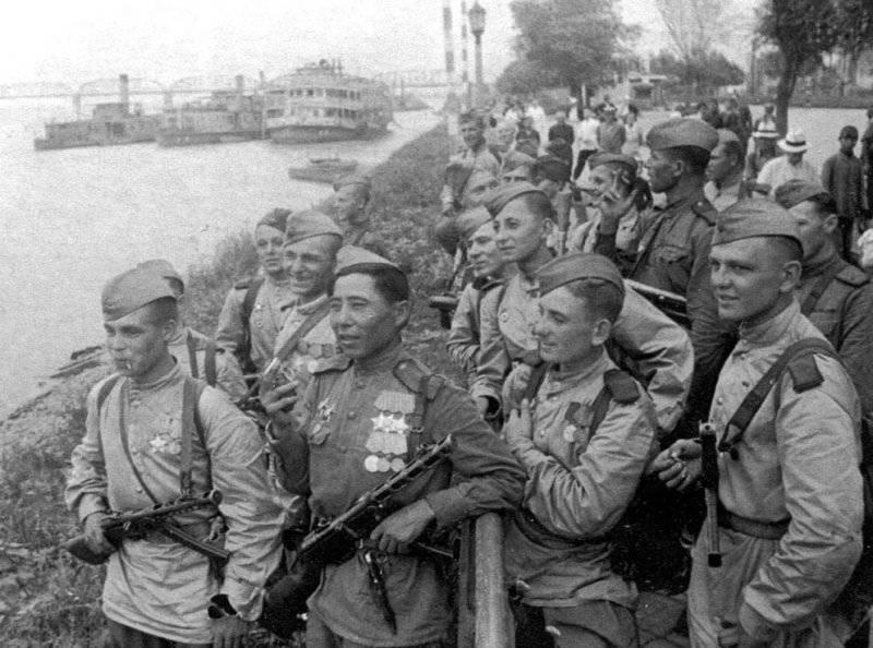 36 советские солдаты на берегу реки