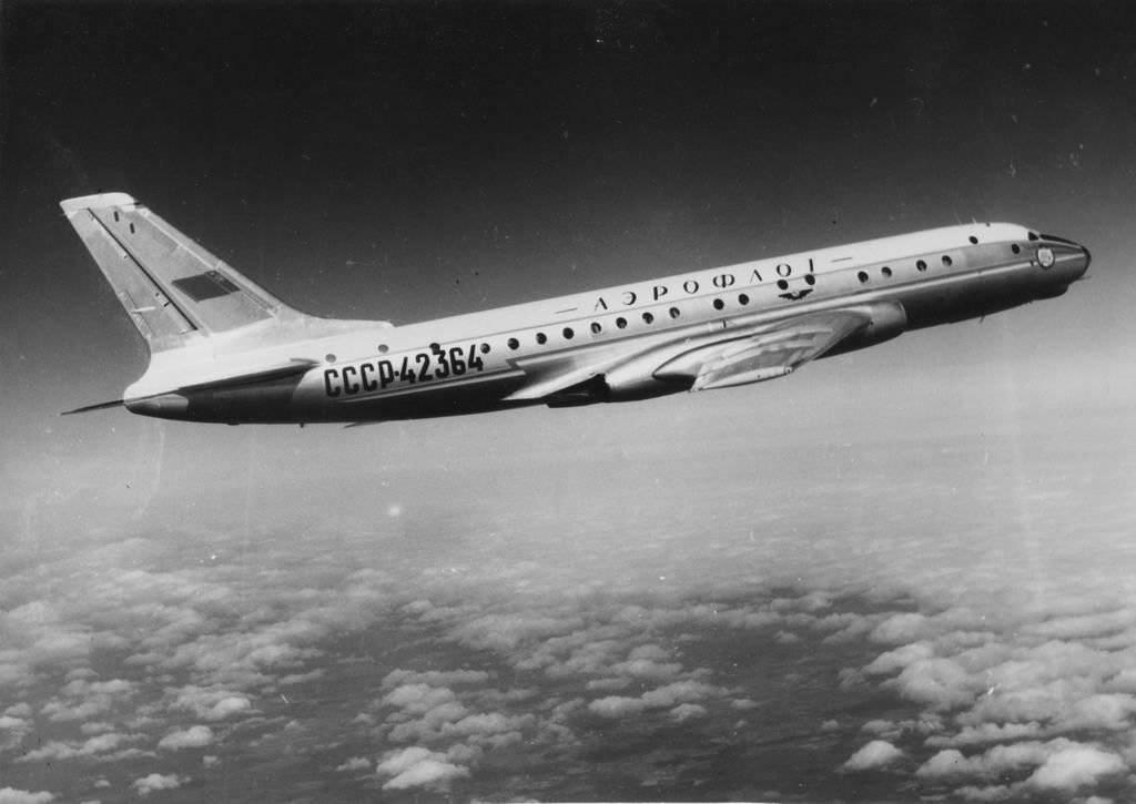 """в 1955 году первый полет первого советского реактивного пассажирского самолета  """"Ту-104 """"."""