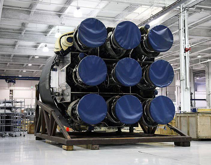 드래곤 우주선을 궤도에 발사하는 팔콘 9 부스터 로켓은 미국에서 성공적으로 테스트되었습니다.