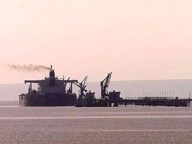 在太平洋,美国海军舰艇与一艘油轮相撞