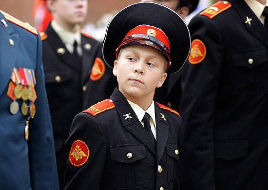 """모스크바 수 보로 프 군사 학교의 학생은 """"멸망의 구원을위한""""메달을 수여 받았다."""