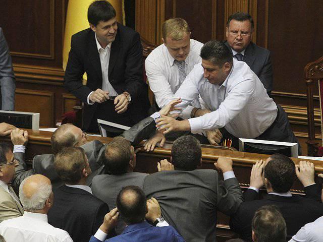 ウクライナの議会は、いくつかの地域でロシア語の公的地位を与える法律を廃止することを拒否しました
