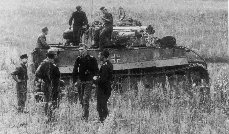Танкисты на привале и танк pzkpfw vi тигр