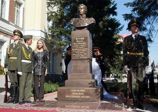 नोवोसिबिर्स्क में फील्ड मार्शल मिखाइल कुतुज़ोव के बस्ट का भव्य उद्घाटन हुआ