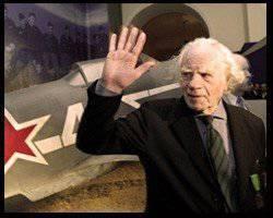 フランスでは、ソビエト連邦の英雄、パイロット・ローランド・ド・ラ・プアルが亡くなりました