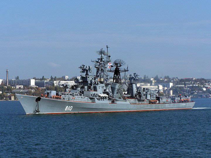 Navios da Marinha russa em serviço de combate no porto da Síria