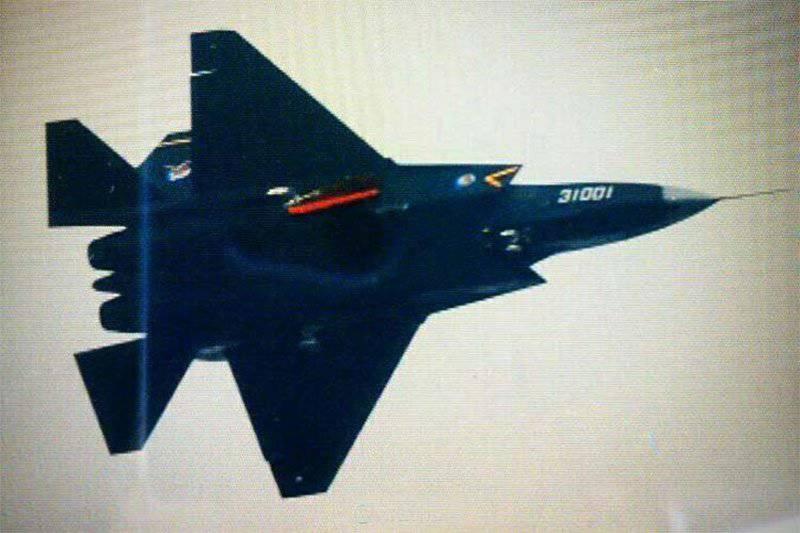 J-31 Fighter: Inspección atento