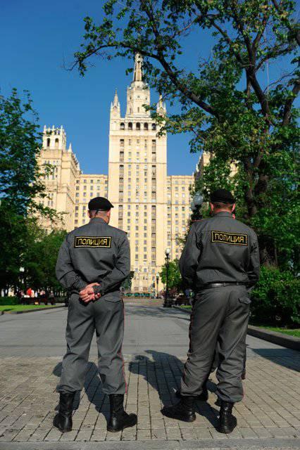 ロシアの警察は彼らのプロの休日を祝います