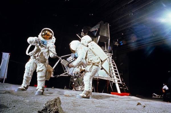 तो वे वहां थे या नहीं? 40 साल चंद्रमा पर अंतिम अभियान के बाद से