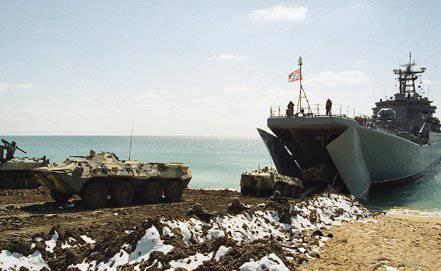 Las tripulaciones de los barcos de la Flota Báltica aterrizaron asalto anfibio en la costa del Mar Negro