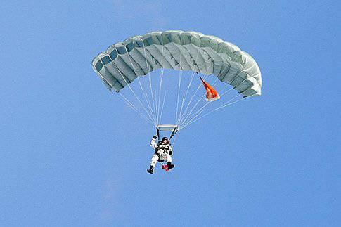 """Gli ufficiali delle Forze Aviotrasportate studiano nel centro di Ryazan dei sistemi di paracadute delle Forze Aviotrasportate """"Arbalet-1"""" e """"Arbalet-2"""""""
