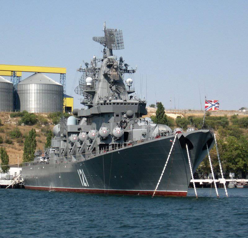 """30 marca los años desde el surgimiento de la bandera naval en el crucero de misiles guardias """"Moscú"""""""