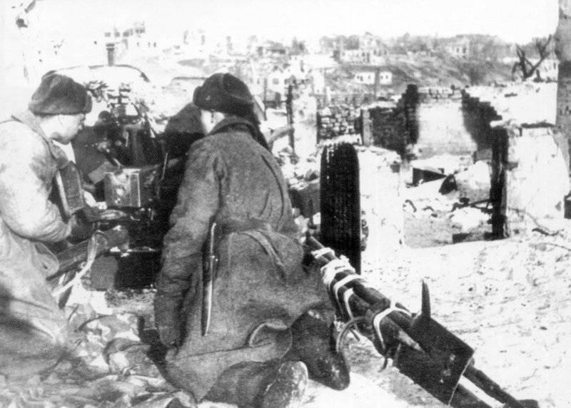 Советские солдаты ведут огонь из 45 мм