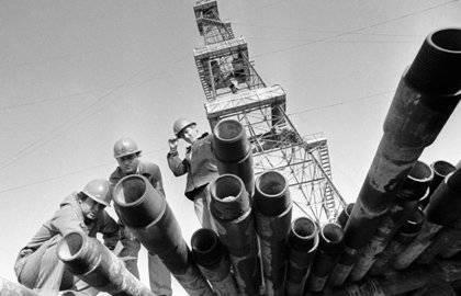 संसाधन संकट सत्ता के प्रमुख केंद्रों की नीतियों को कट्टरपंथी बनाता है