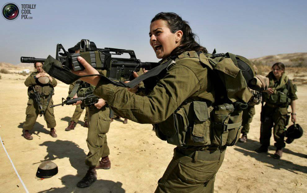 Фото обнаженной девушки в военной форме