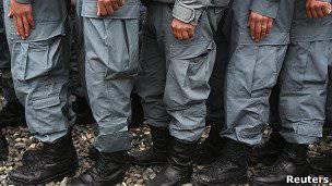 Policía afgana: corrupción, heroína y niños del té.