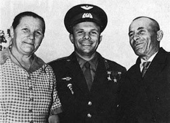 ...его отец - Алексей Иванович Гагарин (1902—1973) плотник. мать Анна Тимофеевна Матвеева (1903—1984) - свинарка.